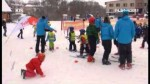 Ski fanatici učí mateřské školy lyžovat.