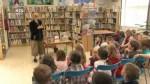 Spisovatelka Petra Braunová v dětské knihovně.