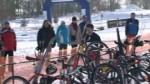Příznivci zimního triatlonu se v neděli sešli na Ratajích.