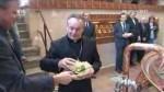 Biskup požehnal stoleté várce piva Rychtář