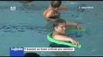 V bazéně se koná cvičení pro seniory